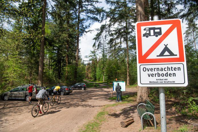 Door camperoverlast is er nu een overnachtingsverbod op staatsbosbeheerparkeerterrein Varenna. Op aandringen van bewoners is een verbodsbordje geplaatst.