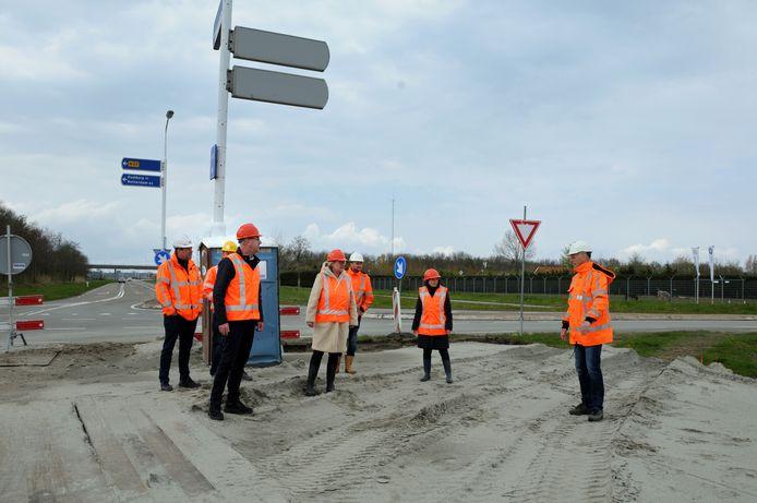 Wethouder Ankie Smit (witte jas) en gedeputeerde Harry van der Maas (naast haar) krijgen een rondleiding van Kees Steur ( helemaal rechts).