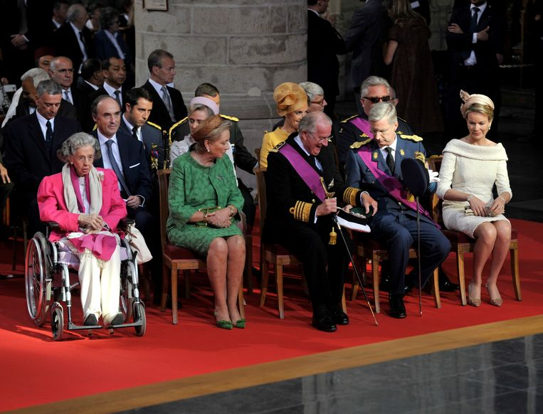 epa03795478 Queen Fabiola of Belgium (L), King Albert II of Belgium (3-L), Queen Paola of Belgium (2-L), Crown Prince Philippe of Belgium (2-R) and Princess Mathilde of Belgium (R) attend the traditional Te Deum Mass at the Cathedral of St Michael and Saint Gudula on the occasion of Belgium's National Day in Brussels, Belgium, 21 July 2013. King Albert II of Belgium announced on 03 July 2013 his abdication from the throne in favor of his eldest son, Prince Philippe, Duke of Brabant, on National Day.  EPA/ERIC VIDAL  EPA/ERIC VIDAL Beeld EPA