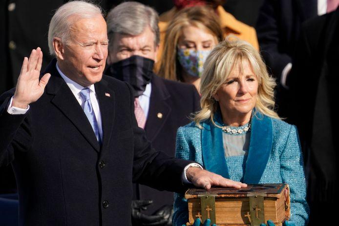 Joe Biden is ingezworen als 46ste president van de VS. Zijn vrouw Jill Biden hield daarbij de familiebijbel vast.