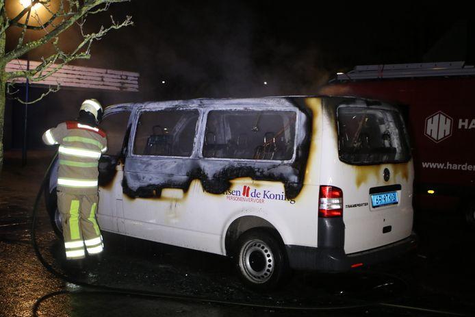 Tijdens de roerige maandagavond in Veenendaal werd ook een taxibusje in brand gestoken.