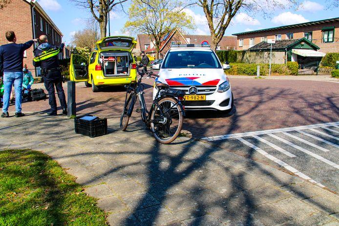 Een automobilist is in Apeldoorn doorgereden na een aanrijding met een fietser.