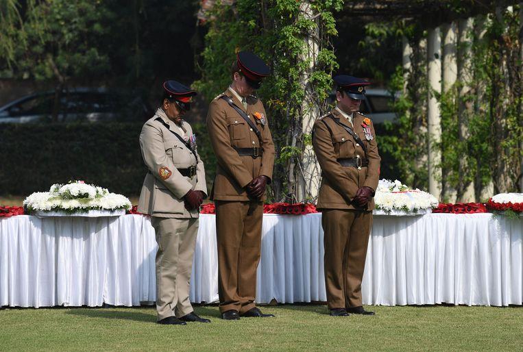 Britse officieren  op de militaire begraafplaats in New Delhi. Beeld AFP