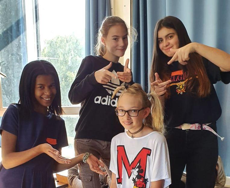 Enkele leerlingen maken een gek kapsel op de eerste schooldag in het GO! Atheneum Denderleeuw.