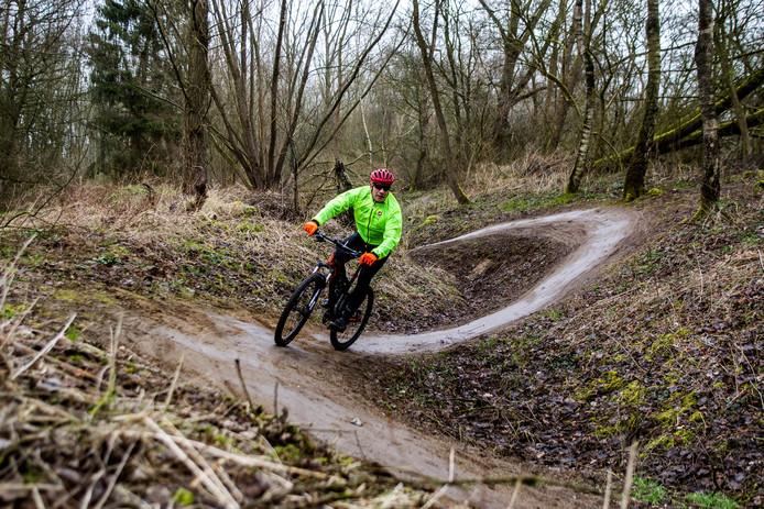 Foto ter illustratie. Een mountainbiker in actie. Deze foto is niet in Dordrecht gemaakt.