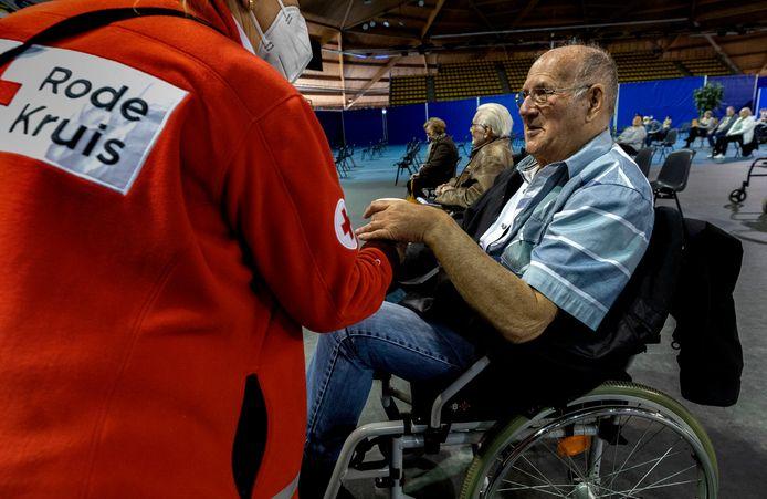 Erik Kuhr is gevaccineerd in het Indoor Sportcentrum in Eindhoven.