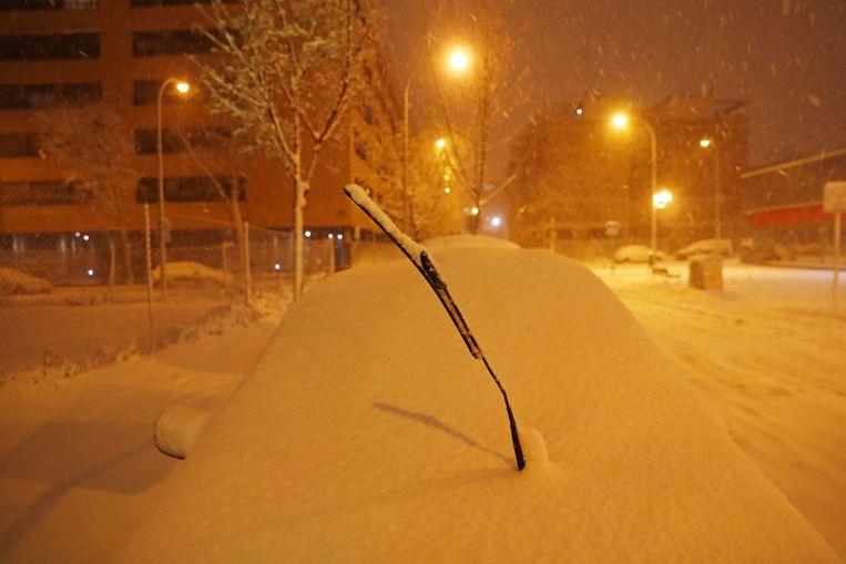 Een ondergesneeuwde auto. Beeld Reuters