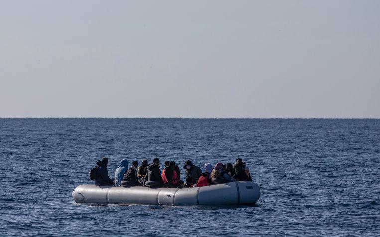 Leden van de Turkse kustwacht nemen migranten, die naar verluidt van Griekse zijde zijn teruggedreven, op een boot tijdens een patrouille om migranten te zoeken en te redden voor de kust van het Ayvalik-district in Balikesir, Turkije. Beeld EPA