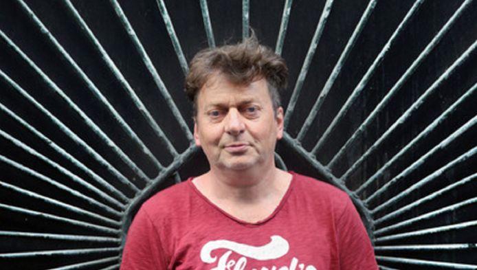 HSP-fractieleider Peter Bos (57) op de Grote Markt in Den Haag. ,,We zijn aantrekkelijk voor zowel krakers als kakkers.''