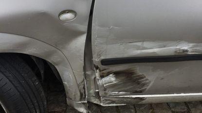 Bestuurder Mercedes rijdt tegen geparkeerde wagens en vlucht