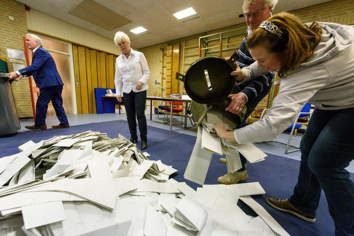 De gemeente heeft het verkiezingsteam met 150 mensen uitgebreid zodat de stemlokalen, zoals hier in basisschool De Tandem, drie dagen optimaal bezet zijn.
