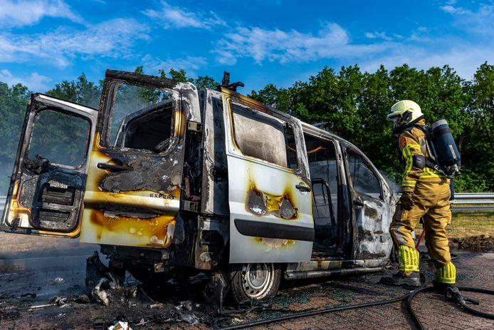 Een bestelwagen is zondagavond door brand verwoest op de parkeerplaats bij tankstation Galgeveld aan de A27 bij Oosterhout.