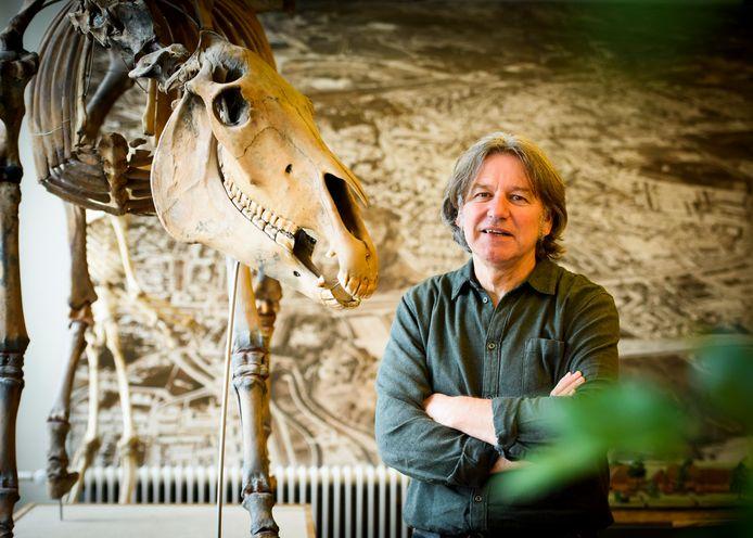 Archeoloog Theo de Jong in het Erfgoedhuis in Eindhoven