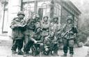 Blakend zelfvertrouwen aan het begin van de gevechten: groepsfoto van Britten voor een huis aan de Stationsweg in Oosterbeek die een week lang in de frontlinie lag van de gevechten tijdens de Slag om Arnhem. De foto is gemaakt door de bewoonster van het huis, mevrouw Kramer-Kingma.