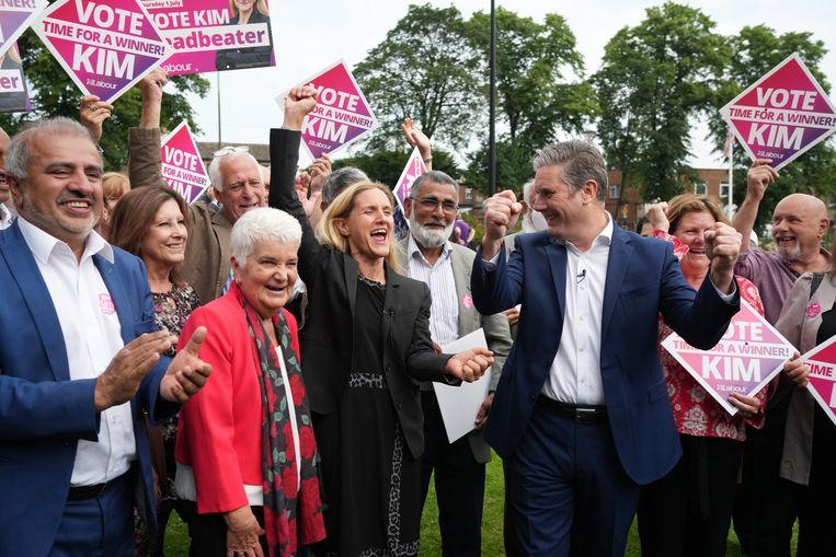 Kim Leadbeater viert haar overwinning, met Labourleider Keir Starmer aan haar zijde. Beeld Getty Images