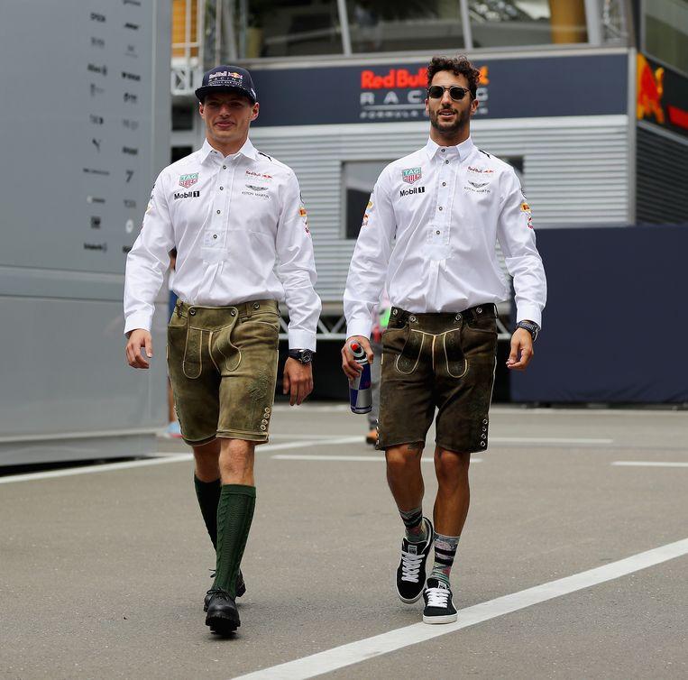 Verstappen samen met ploegmaat Ricciardo voor de race nog in traditionele klederdracht in Oostenrijk. Beeld getty