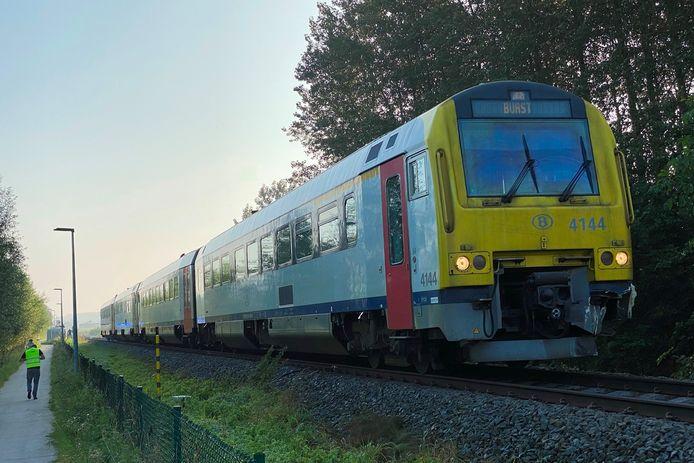 Het scholierentreintje na de aanrijding op de spooroverweg in de Beekstraat van L82 liep slechts beperkte schade op.