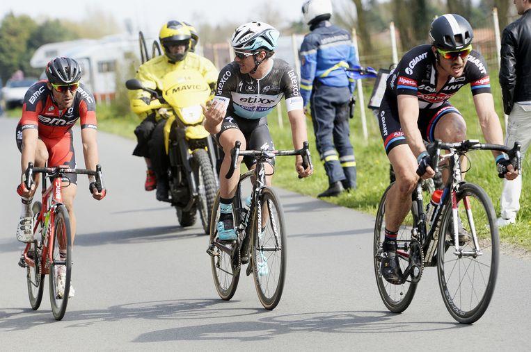 Een belangrijk moment in de finale: Degenkolb is net bij Lampaert en Van Avermaet gekomen. Van Avermaet houdt even de benen stil. Beeld BELGA