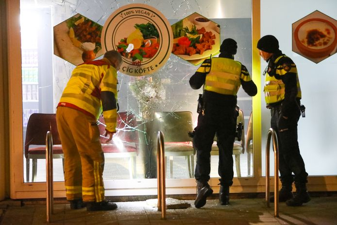 Agenten inspecteren de ruit van kebabzaak AYF