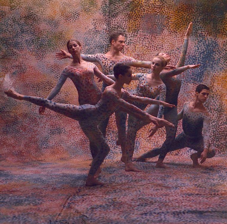Beeld uit een van de balletten, Summerspace, uit de documentaire Cunningham. In het midden Cunningham zelf. Beeld