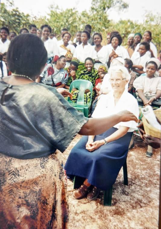 Bep van Grieken is in 2000 het middelpunt van een feest vanwege haar vertrek uit Zambia naar Nederland.