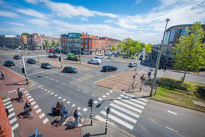 Het horror kruispunt De Zevensprong met zeven wegen die erop uitkomen en met daaraan het kantoor van Maasbach Wereldzending (rechts).