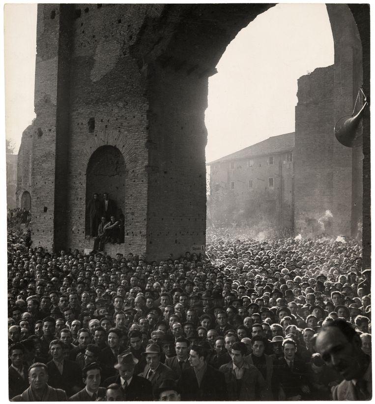 Menigte, luisterend naar een toespraak van de socialist Pietro Nenni, Basilica di Massenzio, Rome, 11 maart 1948. Beeld Chim (David Seymour) / Magnum Photos Courtesy Chim Estate