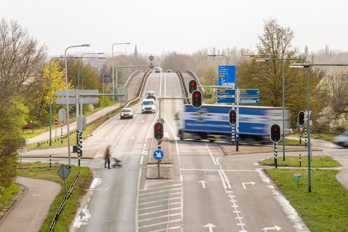 De rijnbrug tussen Rhenen en Kesteren is verouderd. Op en rond de brug ontstaan vaak files in de spits.