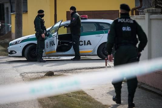 Politieagenten bij het huis waar de journalist en zijn verloofde werden vermoord.