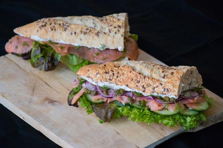 Achteraan het broodje zalm oude stijl, vooraan de make-over: minder vis, meer groenten. Beeld Jenaae Jackson / Stella Image Photography