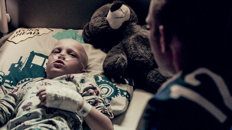 Een pakkend beeld: Rupert Suply met aan zijn bed topspeler en Gouden Schoen (in de serie) Dennis Moerman.