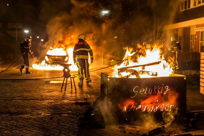 Tijdens de afgelopen jaarwisseling zijn in Veen en Wijk en Aalburg meerdere auto's in vlammen opgegaan.