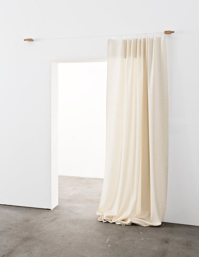 Gordijn 'Het Ready Made Curtain' van stoffenmerk Kvadrat en ontwerpbroers Bouroullec knip je simpelweg af, vouw je om en hang je op aan bijbehorende knijpers en draad, vanaf € 319. readymadecurtain.kvadrat.dk Beeld null