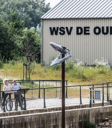 Dinosaurusschedel op paal is in trek in Doesburg