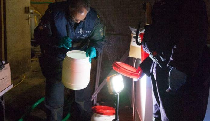 De politie in het drugslab dat werd gevonden in Herwijnen.