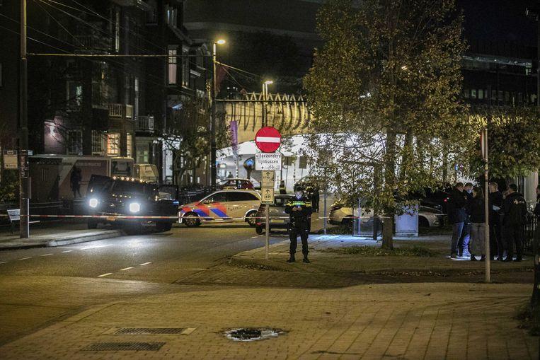 Hulpdiensten bij de auto in Arnhem waarin vrijdagavond een kunstenaar uit Laren werd aangetroffen.   Beeld ANP