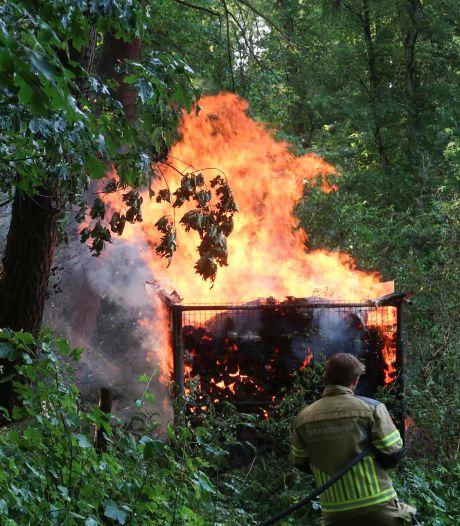 Opslag voor haardhout in lichterlaaie in bos in Breda