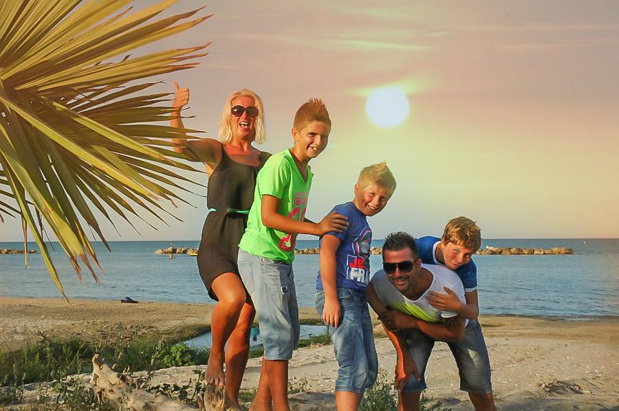 Een foto van de familie Boerkamp uit de special tien jaar Ik Vertrek. Van links naar rechts: Bionda, Mike (toen 15), Jim (op de foto 12), Alwin en zoon Robbie (toen 14).