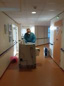 Militair-verpleegkundige Johan in beschermende kleding aan het werk in het geïsoleerde zorghotel Chrysant.