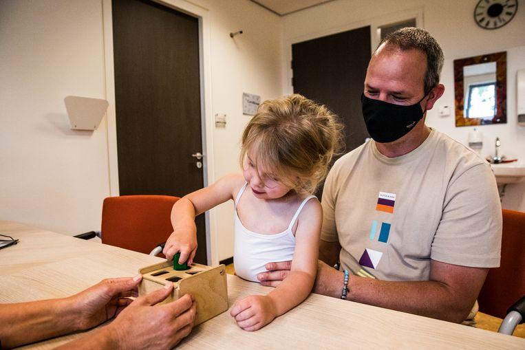 De 3-jarige Noor doet een test met blokjes.  Beeld Aurélie Geurts