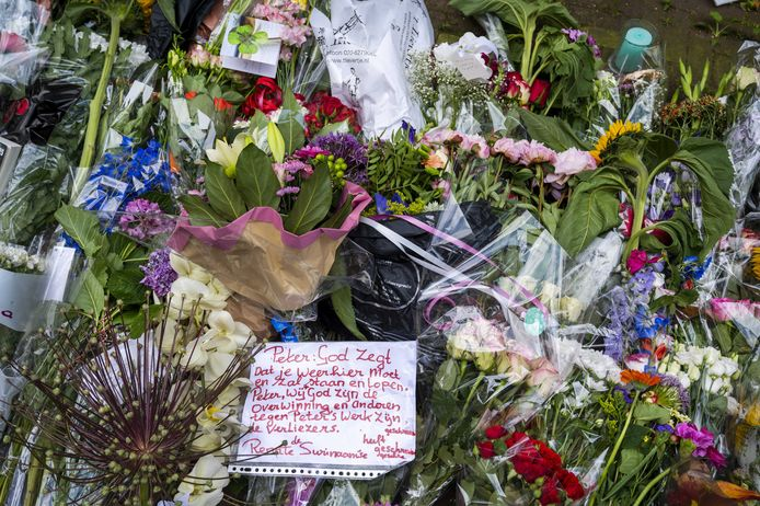 Mensen laten bloemen, kaarsjes en steunbetuigingen aan Peter R. de Vries achter in de Lange Leidsedwarsstraat in het centrum van Amsterdam.