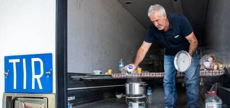 Turkse chauffeurs wachten soms dagen in Helmond zonder voorzieningen: 'Geef ons een toilet en stromend water'
