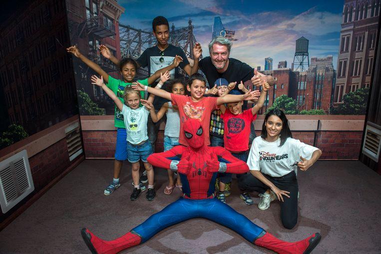 Kürt Rogiers met Spider-man en kinderen van vzw Junior.