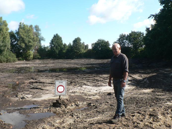 Bart van Sleeuwen op de modderachtige zandbodem van wat eerst een natuurvijver was.