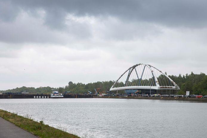 Het invaren van de brug over het Albertkanaal gaat vandaag niet door. Het is uitgesteld tot woensdag 1 mei. Het transport dat de brug tot op een ponton moest rijden, deed een waterleiding knakken.
