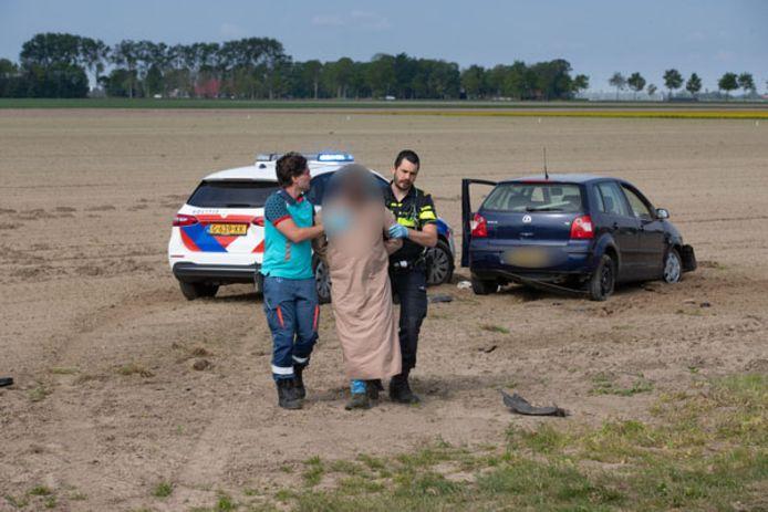 Wilde achtervolging in de Noordoostpolder. Motorrijder Paul Wagenaar zette de achtervolging in nadat hij getuige was van een aanrijding van een Blauwe polo met een Tesla bij Kuinre.
