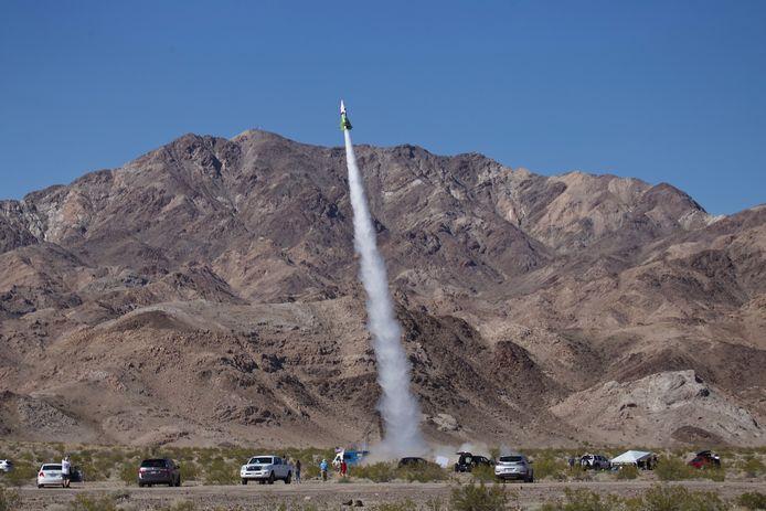 """Archiefbeeld van de eerste lanceringspoging van """"Mad"""" Mike Hughes nabij Amboy in Californië in 2018. Gisteren kwam de Amerikaan om het leven bij een nieuwe poging om zichzelf de ruimte in te schieten."""