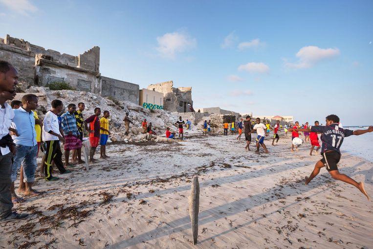 Somalie, Mogadishu, april 2015. Na jaren onder de heerschappij van Al-Shabaab geweest te zijn is het strand van Mogadishu weer te bezoeken voor de bewoners van deze verwoeste stad. Beeld Jeroen Swolfs