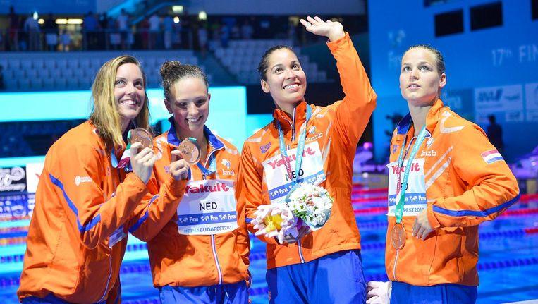 Femke Heemskerk, Kim Busch, Ranomi Kromowidjojo en Maud van der Meer laten hun medailles zien. Beeld anp