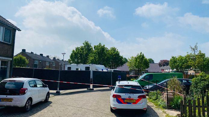 Een dag na het steekincident aan de M.H. Trompstraat in Zutphen is een groot deel van de straat afgezet met zwarte hekken. Politieagenten houden ter plekke een sporenonderzoek.